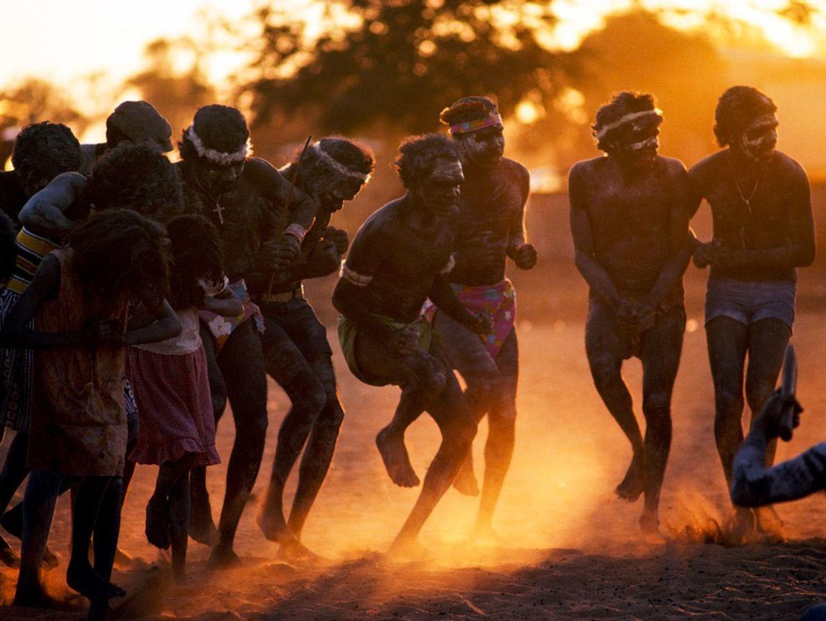 Aborígenes dançam ao pôr do sol