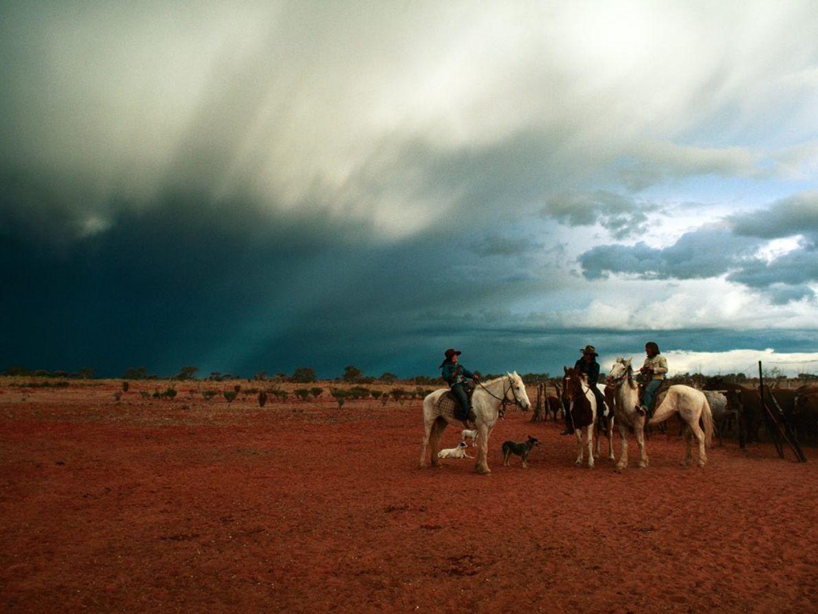 O céu estende-se, vasto, sobre as vaqueiras—ou jillaroos—num rancho de gado em Queensland
