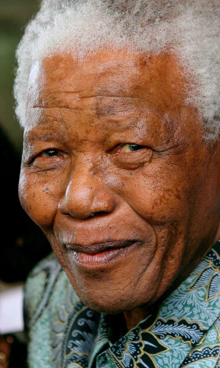 Mandela, aqui numa foto de 2016, tinha sido libertado da prisão em 1990 após ter cumprido ...