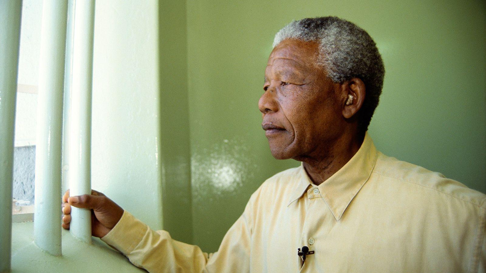 Nelson Mandela revisita a sua cela de prisão
