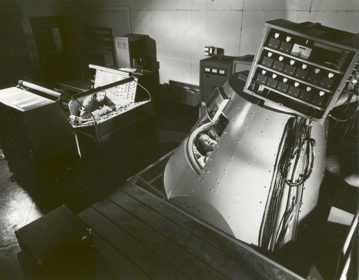 John Glenn no interior do Simulador de Procedimentos Mercury em Langley, na Virginia. As simulações foram ...