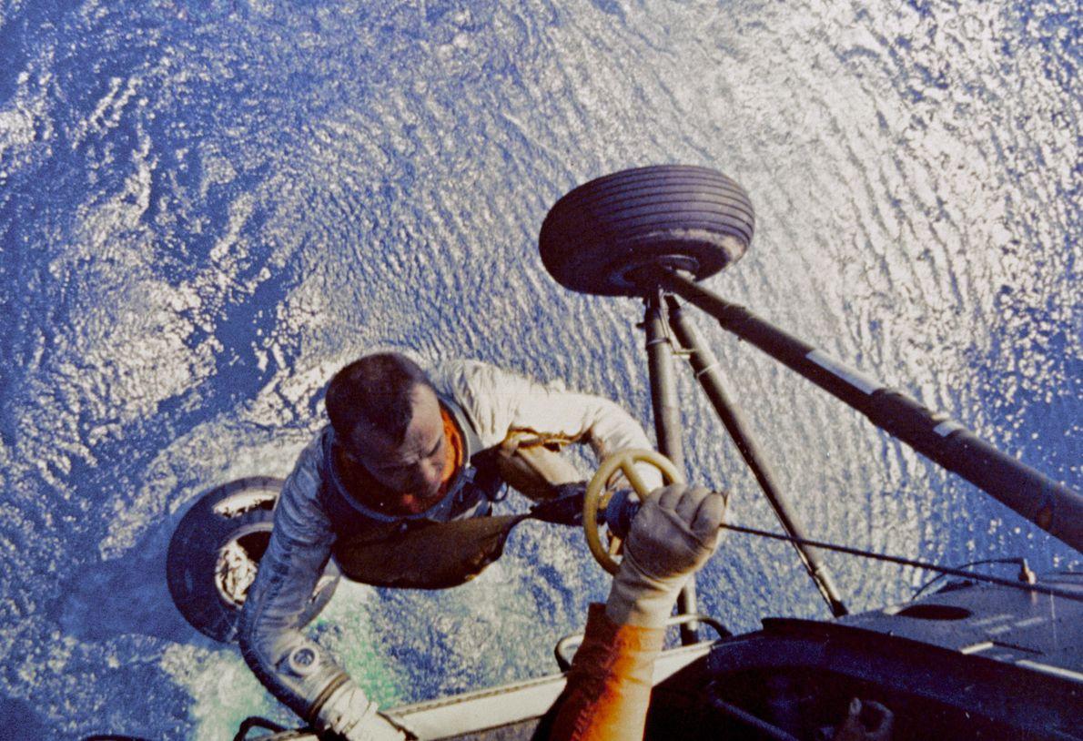 Shepard é içado por um helicóptero da Marinha dos EUA após amaragem, no dia 5 de ...
