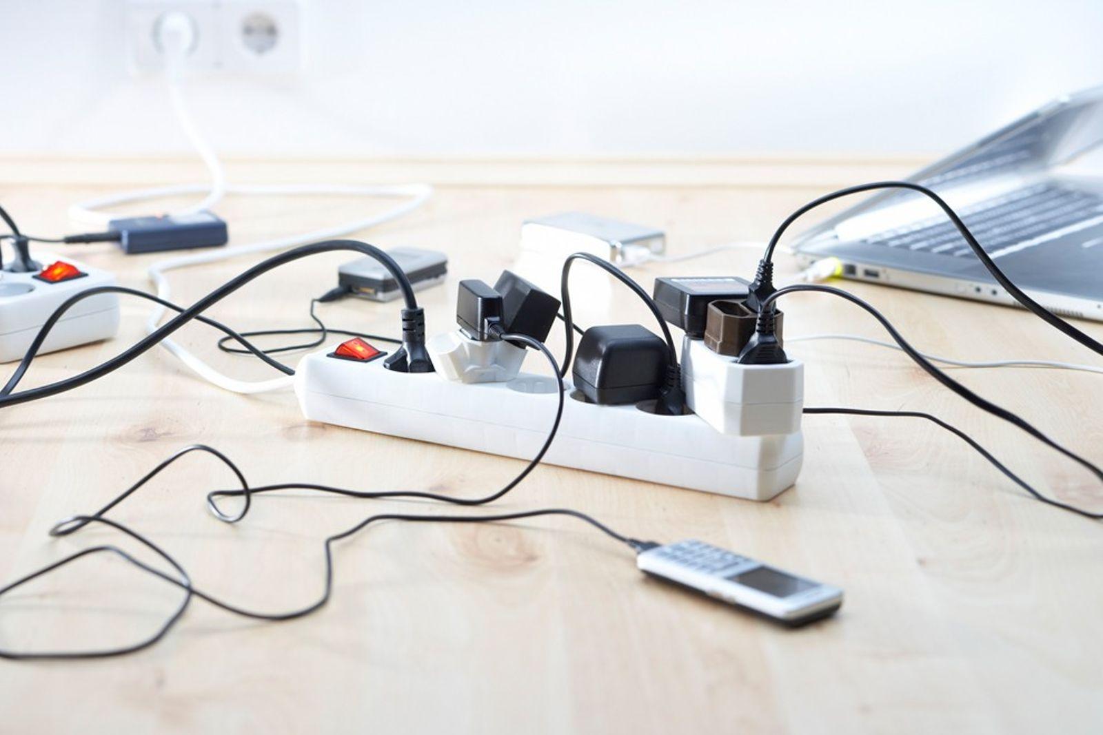 Muitos dispositivos em casa continuam a gastar energia mesmo quando não estão a ser utilizados, aumentando ...