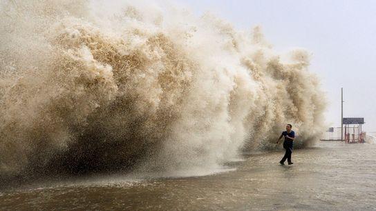 Um poderoso tufão que atingiu Hong Kong no domingo matou pelo menos 30 pessoas e forçou ...