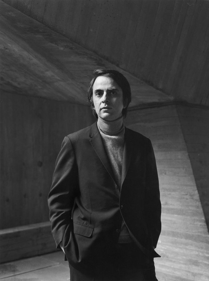 """O astrónomo Carl Sagan foi o """" cientista Americano mais famoso da década de 1980 e ..."""