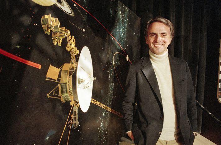 Sagan fala sobre a nave espacial Voyager 2 no Jet Propulsion Laboratories em Pasadena, Califórnia, em ...