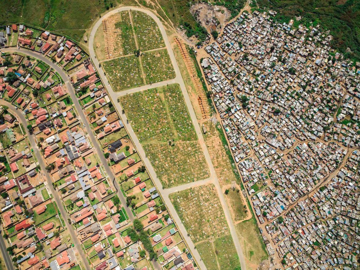 O cemitério de Mooifontein separa as habitações pobres de Vusimuzi do complexo de habitações de Tembisa.