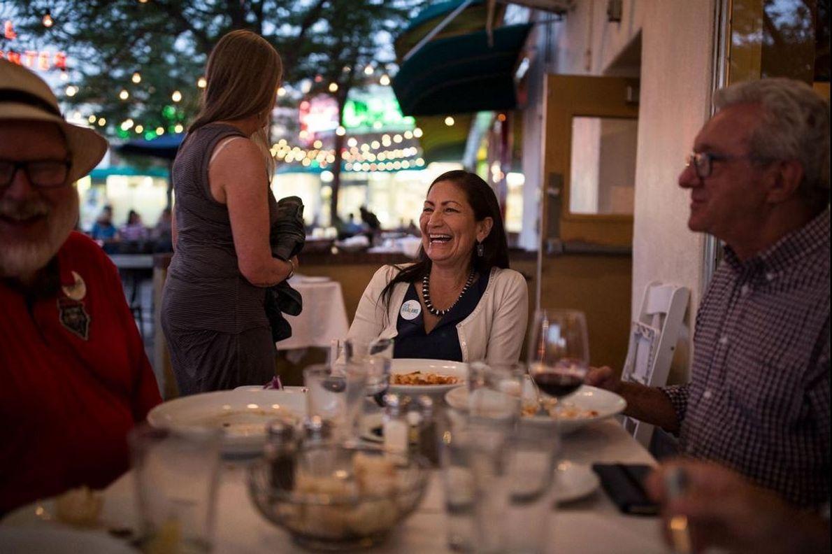 A fazer uma pausa para cumprimentar apoiantes que atravessam o restaurante para lhe falar, Haaland janta ...