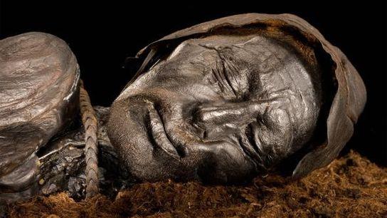 O Homem de Tollund, que foi enforcado com uma corda de couro e lançado num pântano ...