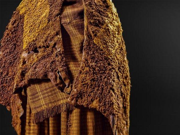 Análises à capa de couro, ao cachecol de lã e à saia da mulher de Huldremose, ...