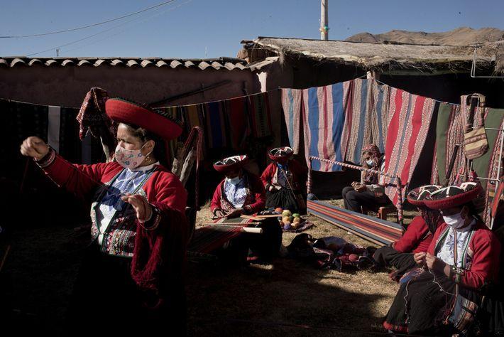 As tecelãs como Myriam Cuba Callañaupa (à esquerda) costumam fazer demonstrações de artesanato têxtil e culinária ...