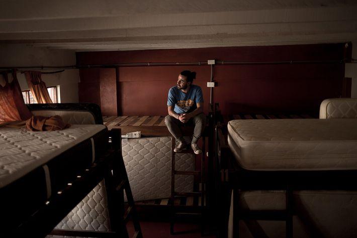 Sebastián Tobón, proprietário dos Hostels Supertramp em Aguas Calientes, no Peru, está sentado num dos seus ...