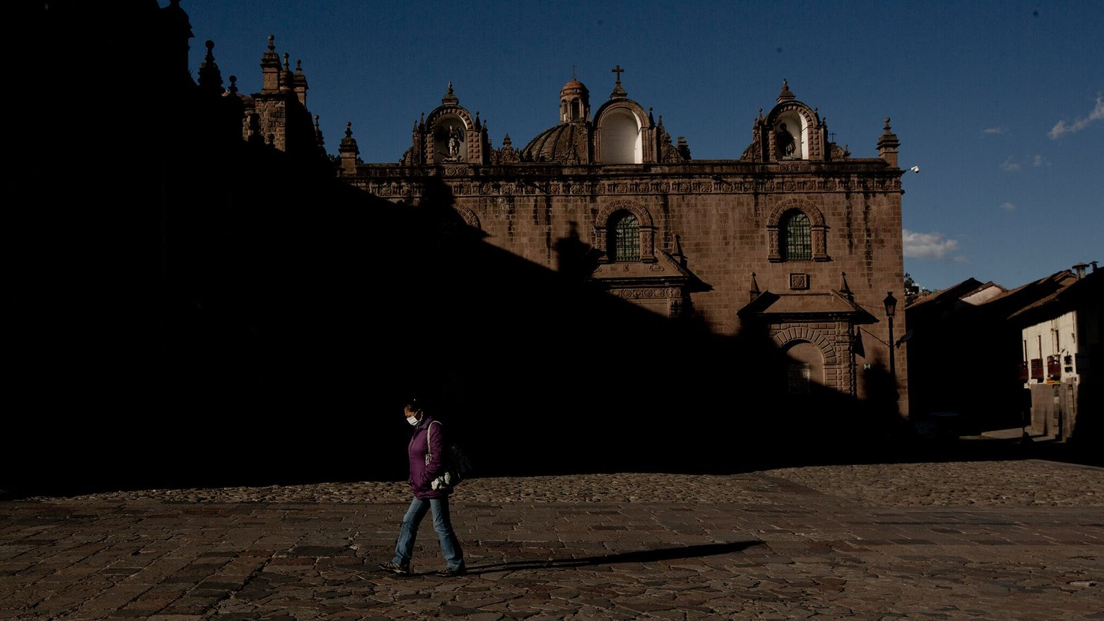 No outono de 2020, uma mulher passava pela Catedral de Cusco no alto dos Andes peruanos. ...