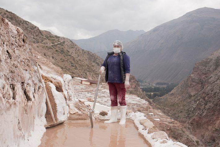 Hilda Ortiz de Orue Bautista trabalha na manutenção e colheita de sal nas lagoas naturais do ...