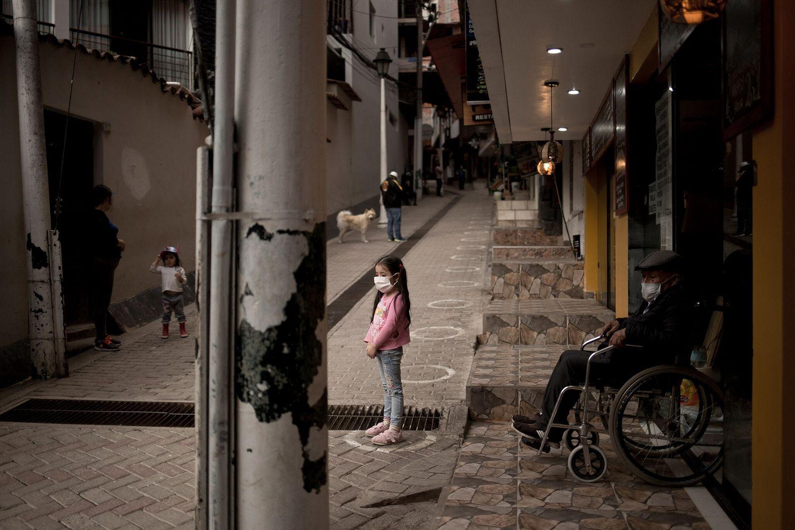 No outono de 2020, uma menina estava à porta da loja da sua família em Aguas ...