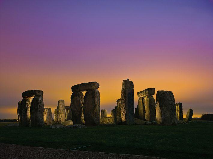 As luzes de Amesbury mostram-nos umas nuvens de brilho sobre Stonehenge.