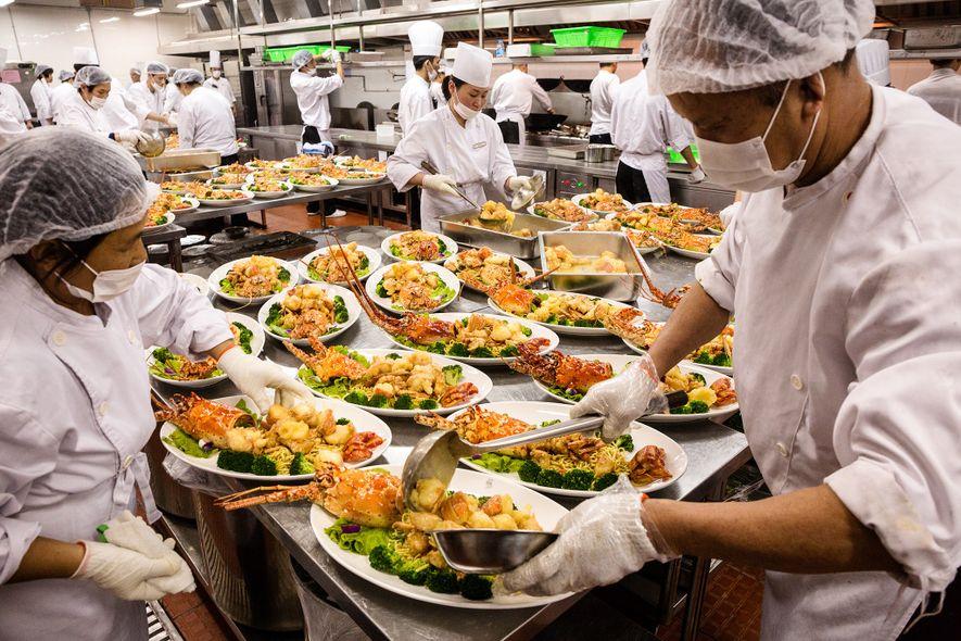 Num salão de banquetes em Xangai, placas de frutos do mar a transbordar representam apenas um ...