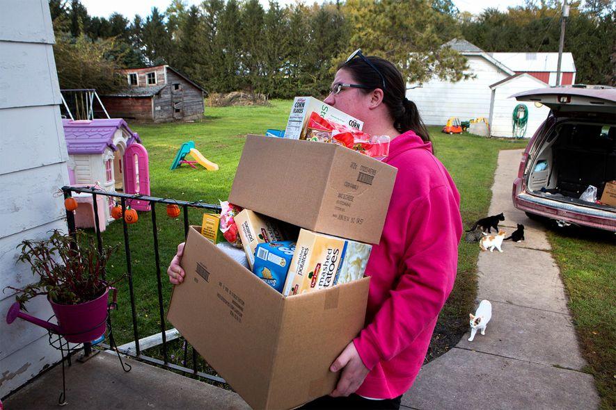 Christina Dreier traz provisões para casa de uma instituição de caridade em Mitchell County, Iowa. Apesar ...
