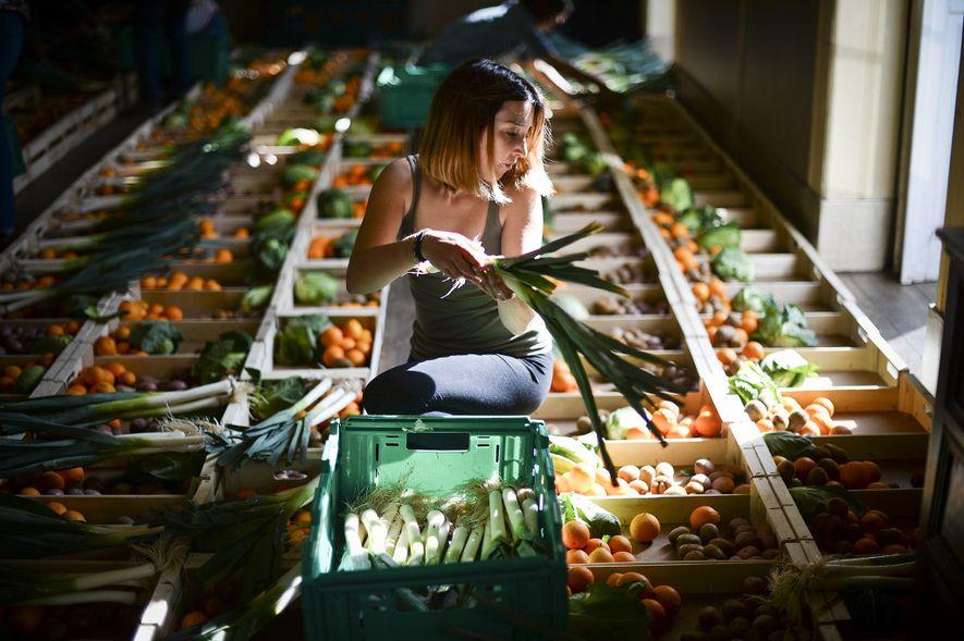 A beleza está no olho do consumidor no Fruta Feia co-op em Lisboa, Portugal. Produtos locais ...