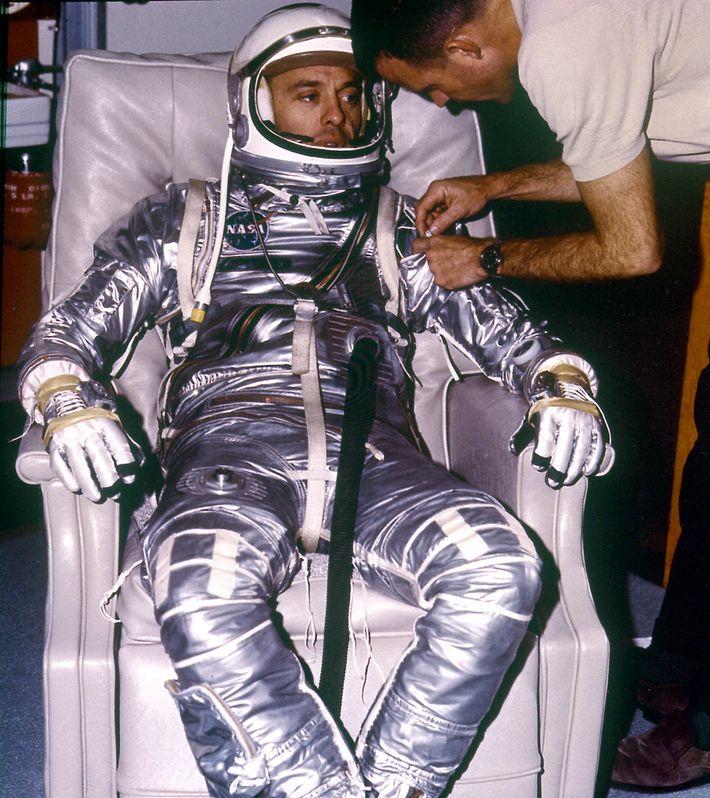 """Alan Shepard prepara-se para o lançamento do MR-3 """"Freedom 7""""; no dia 5 de maio de ..."""