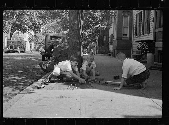 Crianças a brincar ao ar livre, numa rua em Washington, D.C.