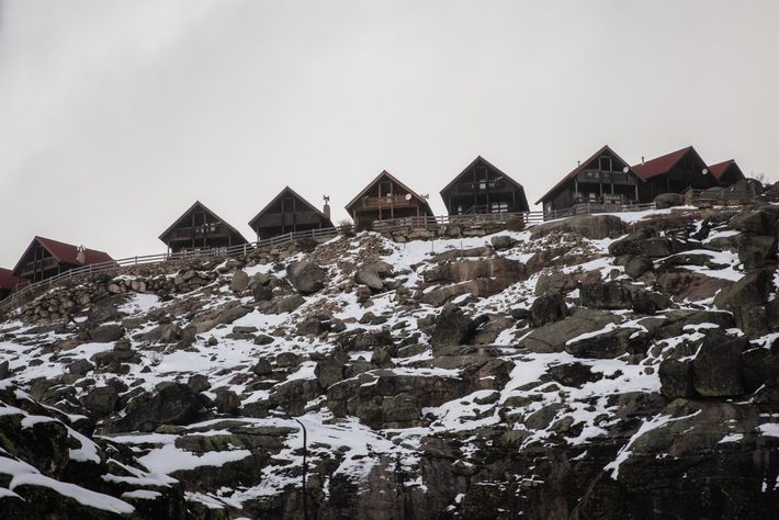 Casas da Montanha com resquícios de neve, na Serra da Estrela.