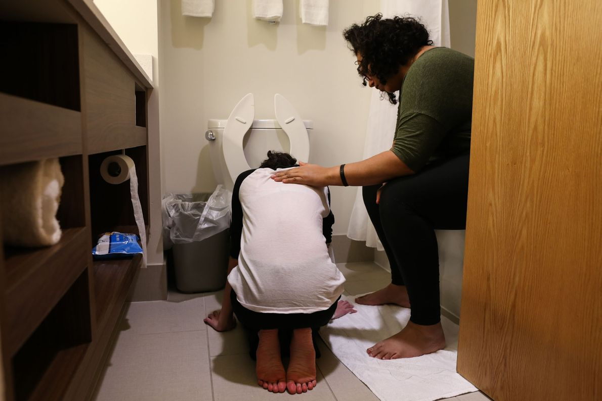 Melissa conforta Lola enquanto vomita.