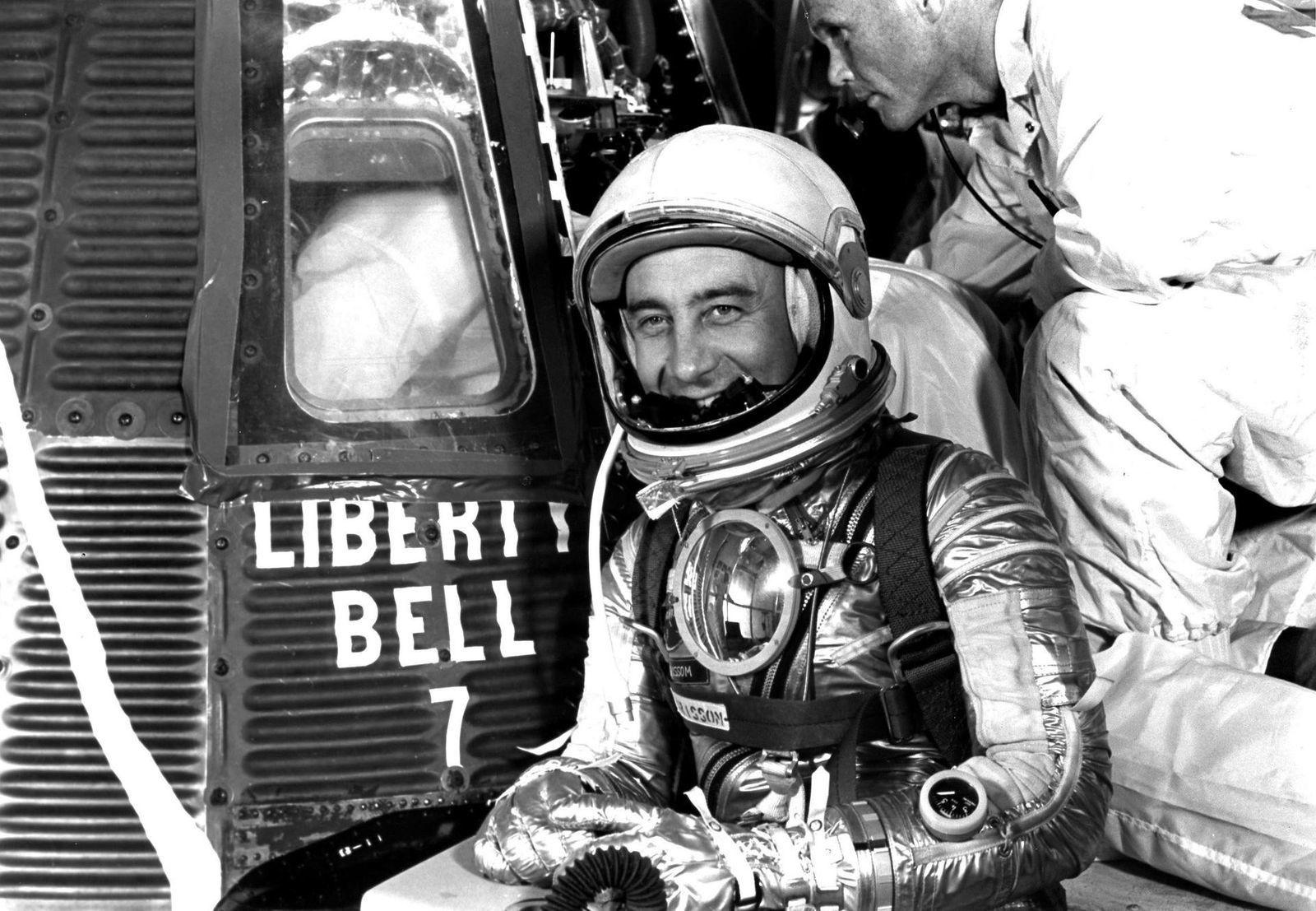"""1961: Virgil Grissom ao lado da cápsula Liberty Bell 7 – com a """"fenda"""" pintada de ..."""