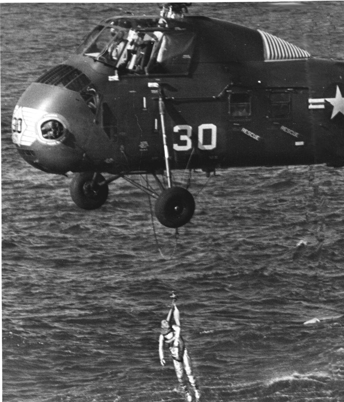 Grissom foi eventualmente içado a bordo de um helicóptero com um arnês – neste momento, já ...