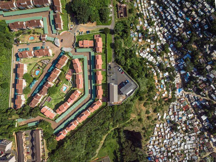 Uma comunidade rica, no topo de uma colina íngreme, sobre o Rio Umgeni, em Durban