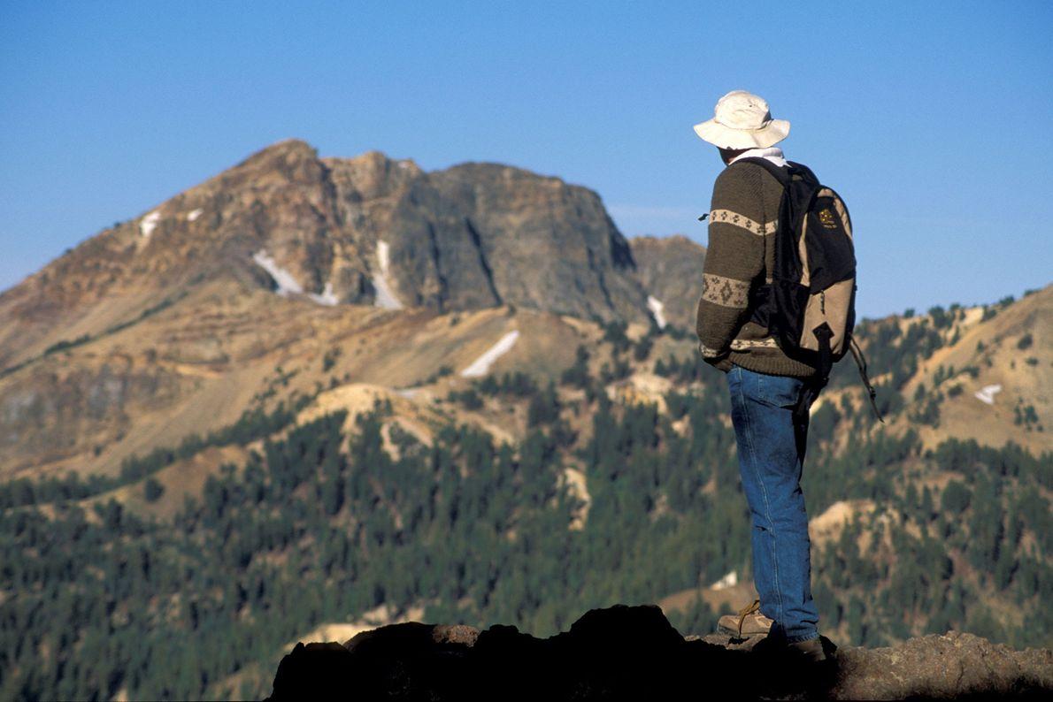 Imagem de um caminhante no trilho do Pico Lassen