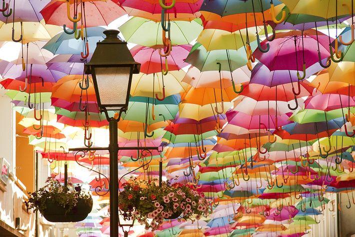 Rua dos chapéus coloridos em Águeda
