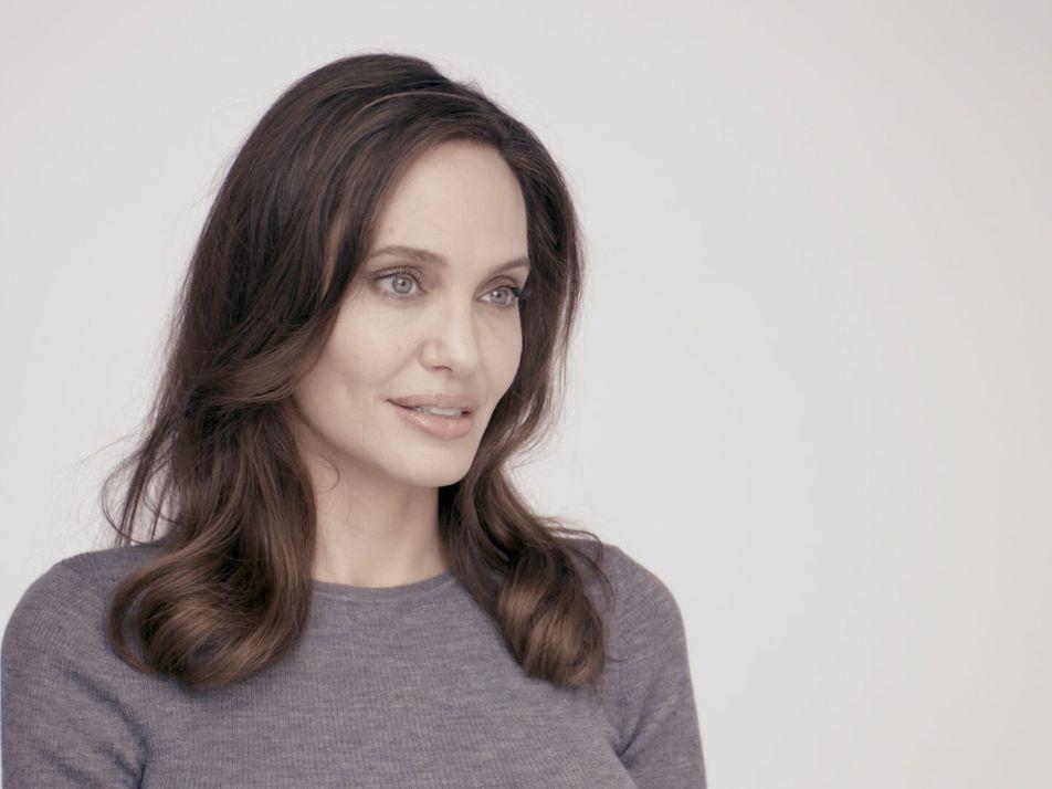 Vídeo exclusivo: Angelina Jolie partilha a sua paixão por formar mulheres apicultoras