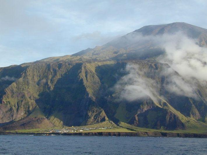 A Ilha Tristão da Cunha vista do mar.