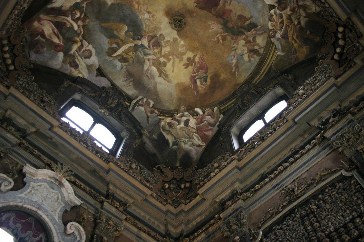 Detalhe do fresco por Sebastiano Ricci, no Ossuário de San Bernadino alle Ossa, Milão