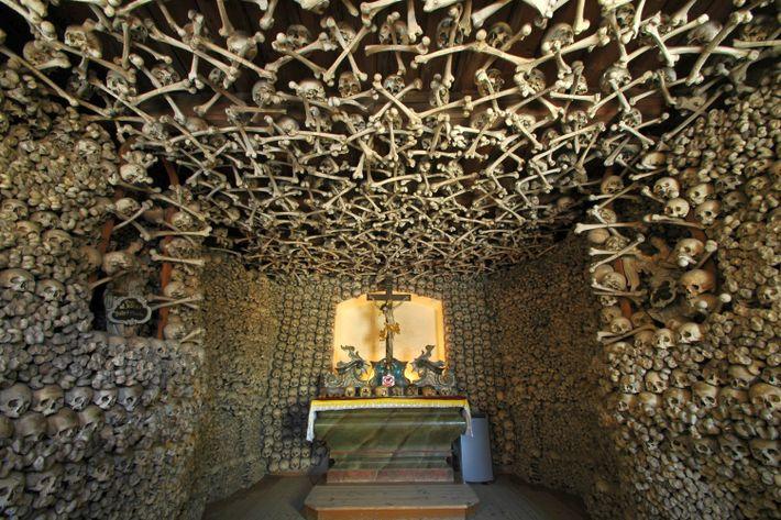 Interior da Capela dos Crânios de Czermna, Polónia.