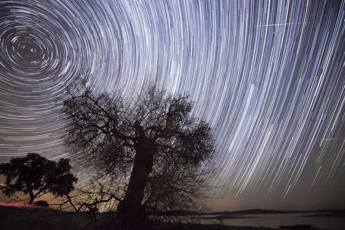 Fotografia de estrelas captadas com o obturador a uma velocidade lenta