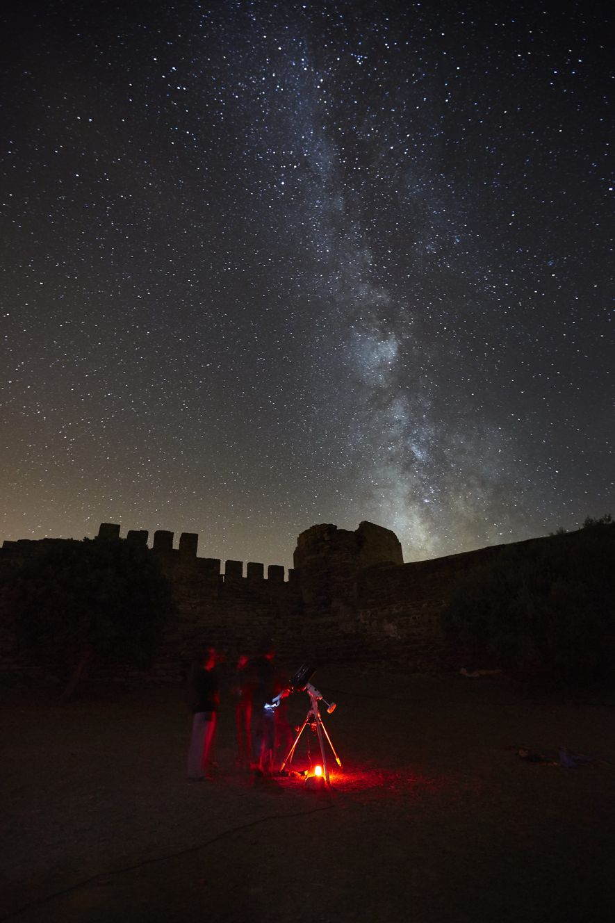 Grupo de visitantes a observarem o céu estrelado no Alqueva.