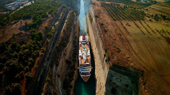 O Canal de Corinto, a via navegável do homem.