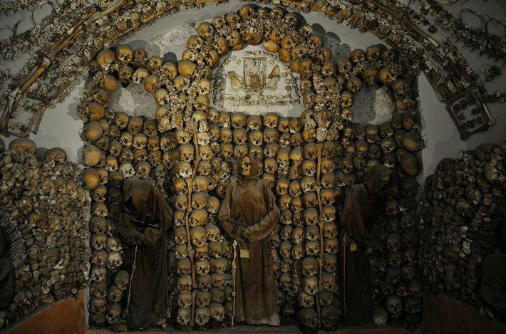 Interior da Cripta dos Capuchinhos, com os esqueletos vestidos com os trajes dos frades.