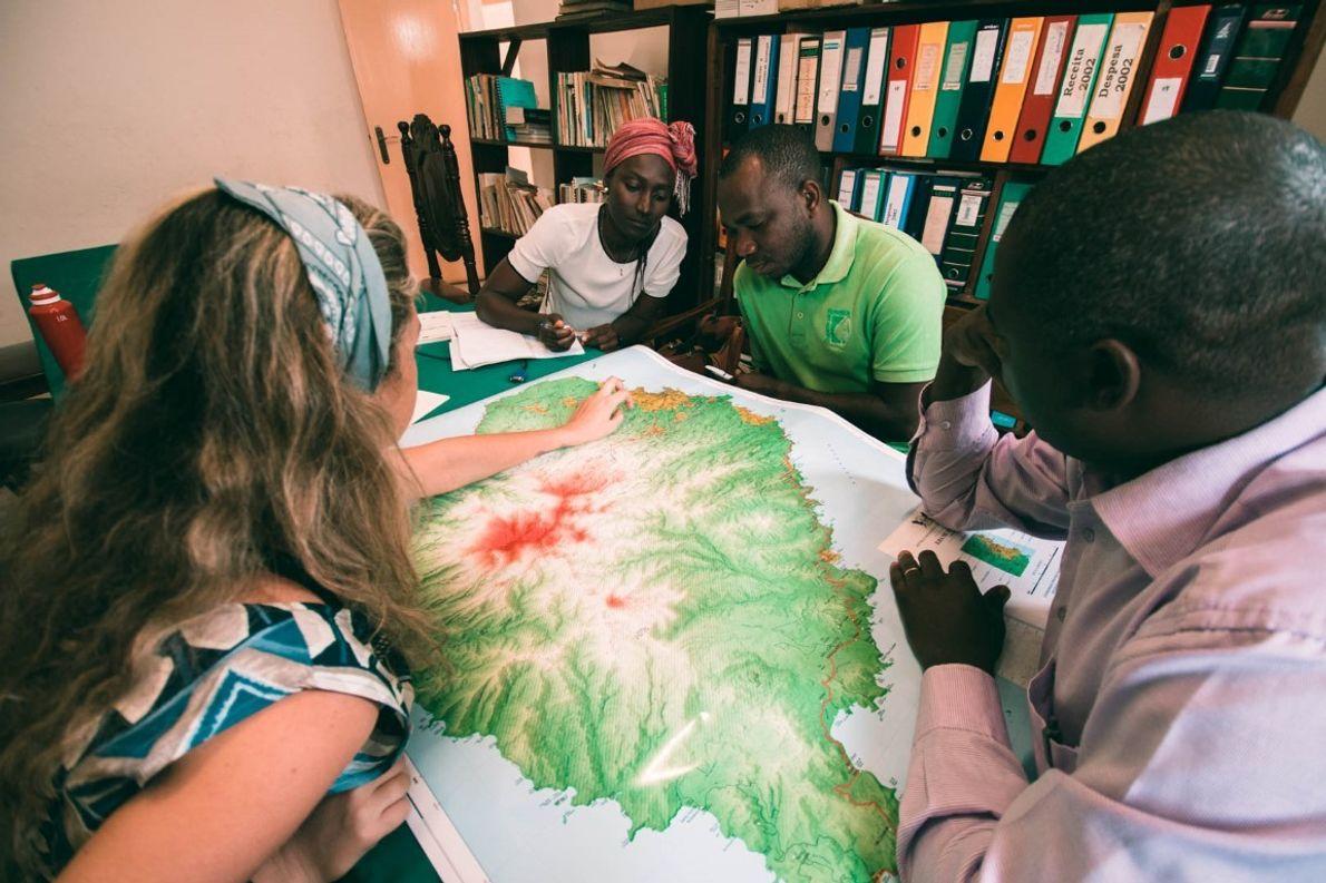 Reunião com os partners do projeto, nesta foto com a Direção das Florestas de São Tomé, ...