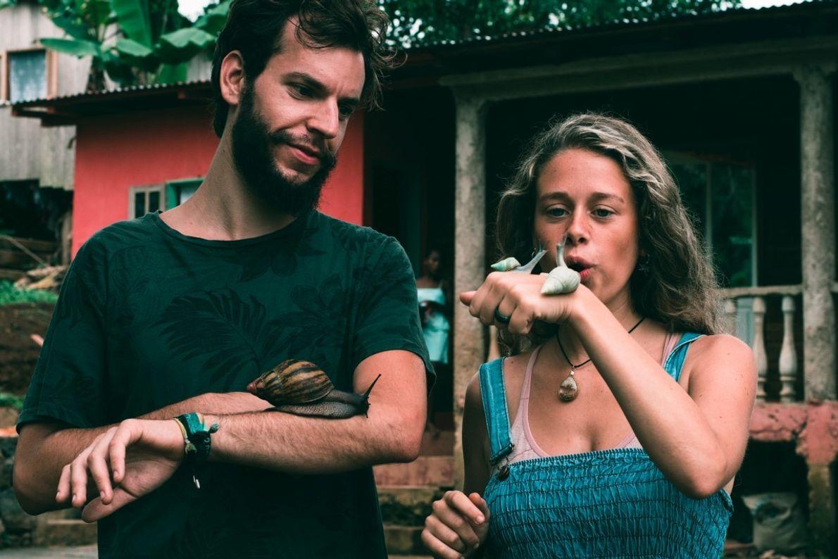 Martina Panisi e Vasco Pissarra com alguns dos caracóis que existem na ilha.