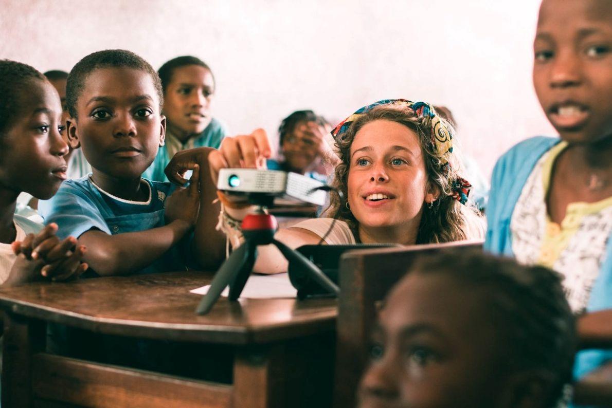 Aulas nas escolas. As crianças de 12 escolas primárias aprendem, através dos cinco sentidos, o que ...