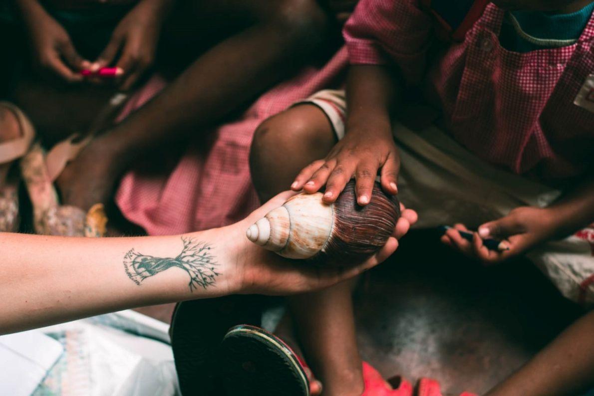 Aulas nas escolas. As crianças de 12 escolas primárias aprendem, atáves dos cinco sentidos, o que ...