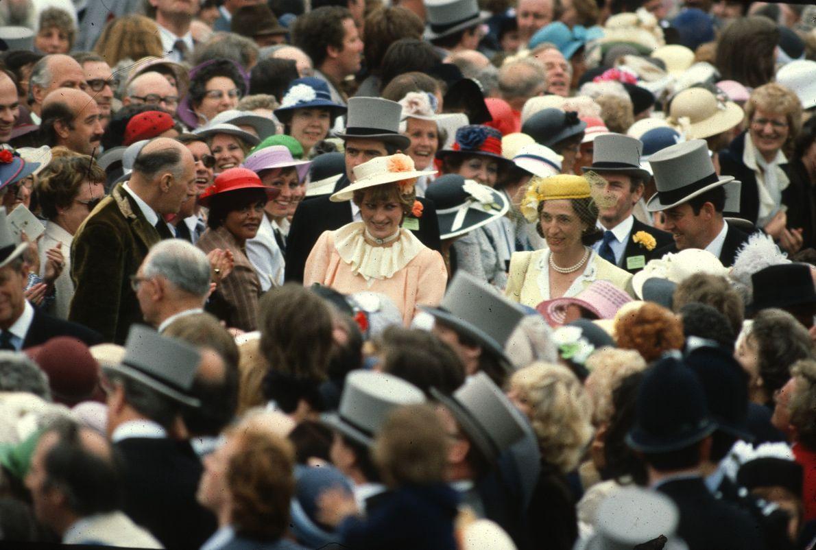 Diana e Carlos no meio de uma multidão