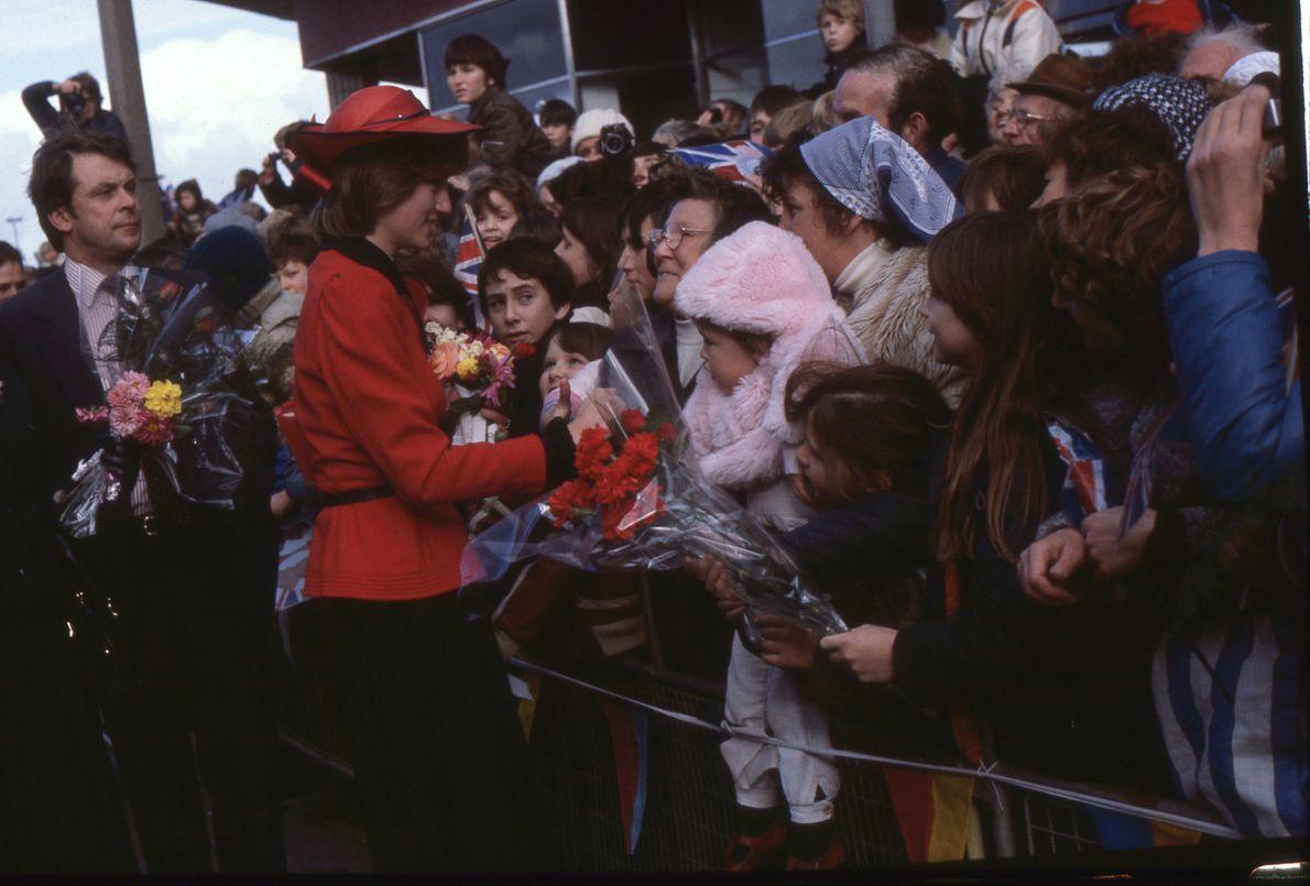 A Princesa Diana a cumprimentar os seus admiradores