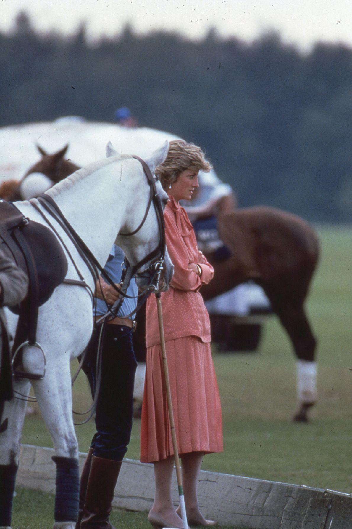 A Princesa Diana ao lado de cavalos