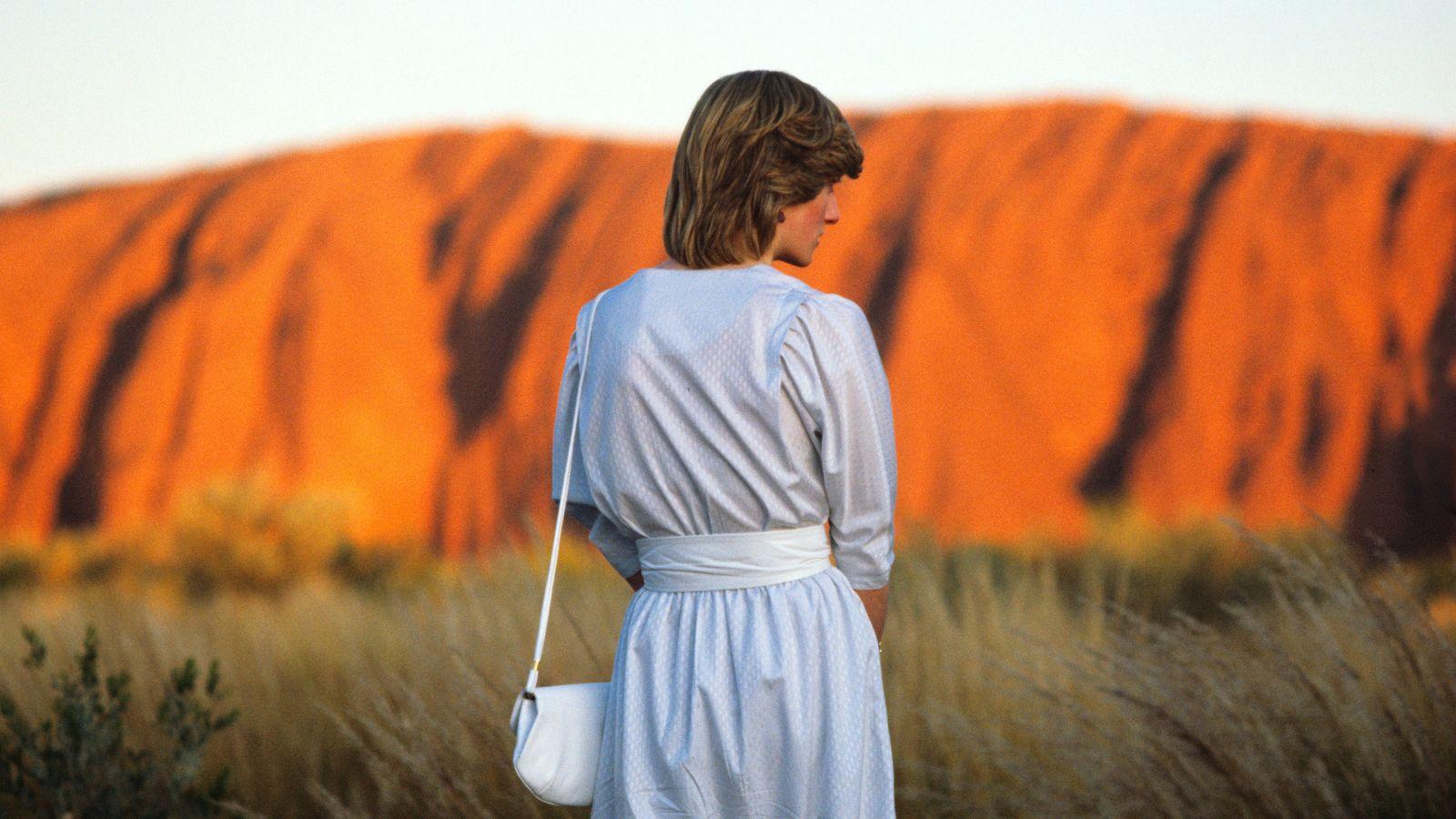A Princesa Diana, em Uluru, assiste ao pôr-do-sol em Ayers Rock