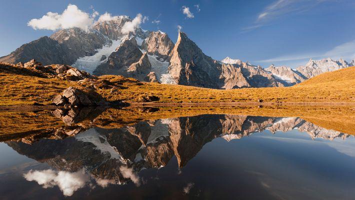 Imagem de um lago na montanha e do Monte Branco, em Courmayeur, Valle d'Aosta, Itália