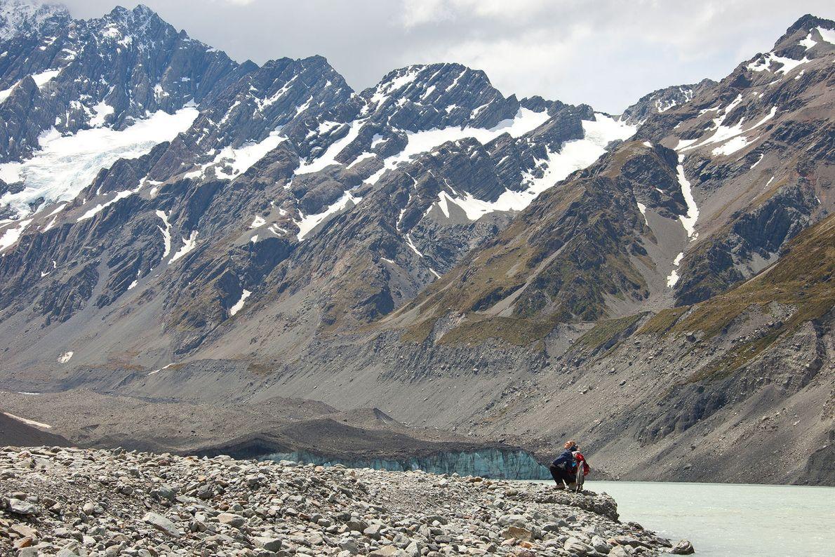 Imagens de caminhantes no Vale Hooker numa trilha até ao glaciar Hooker.
